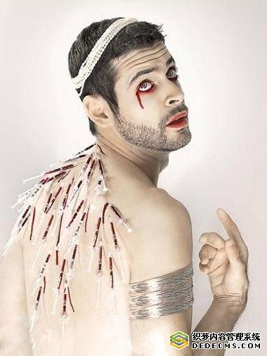 男人恐怖的眼睛流血图片