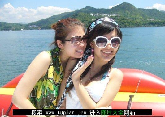 90后时尚美女在游艇上亲吻 8