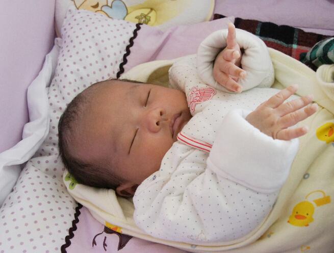 刚出生一周的小宝宝