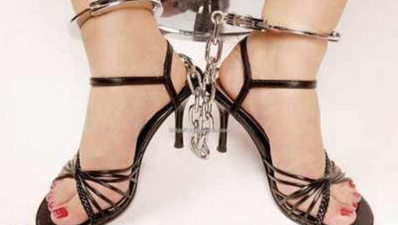 高跟鞋带脚镣女生图片 3