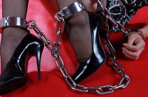 高跟鞋带脚镣女生图片