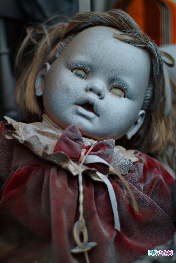之前我们给大家介绍过关于妹妹背着洋娃娃的图片,这次主要是给大家盘点一些恐怖的洋娃娃图片,洋娃娃本来是作为小孩的可爱毛绒玩具,但是自从看了很多恐怖电影里面那些洋娃娃被恶灵附体之后,小编就觉得洋娃娃的眼睛特别的恐怖,再加上一些破旧不堪被人丢弃的洋娃娃更是添加了可怕的感觉。在墨西哥有一座小岛上有人收集了大量被遗弃的恐怖洋娃娃,当你走上这座恐怖洋娃娃之岛之后,你会觉得有千万洋娃娃的眼睛盯着你。